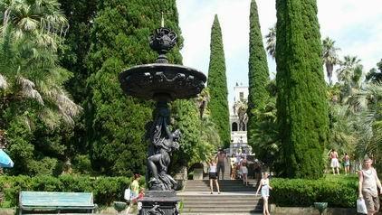 Монумент в парке