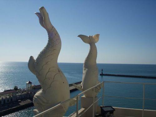 Скульптуры дельфинов