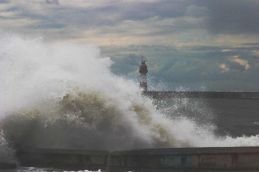 Волна разбивается о берег